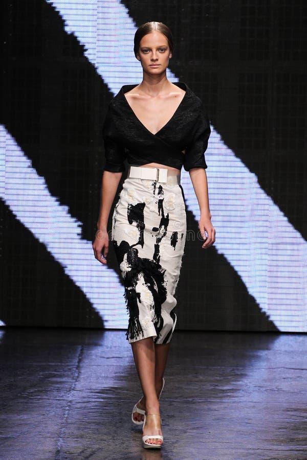 NEW YORK, NY - 8 DE SETEMBRO: Ine Neefs modelo anda a pista de decolagem no desfile de moda 2015 de Donna Karan Spring foto de stock royalty free