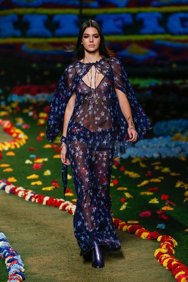 NEW YORK, NY - 8 DE SETEMBRO: Kendall Jenner anda a pista de decolagem no desfile de moda de Tommy Hilfiger Women foto de stock royalty free