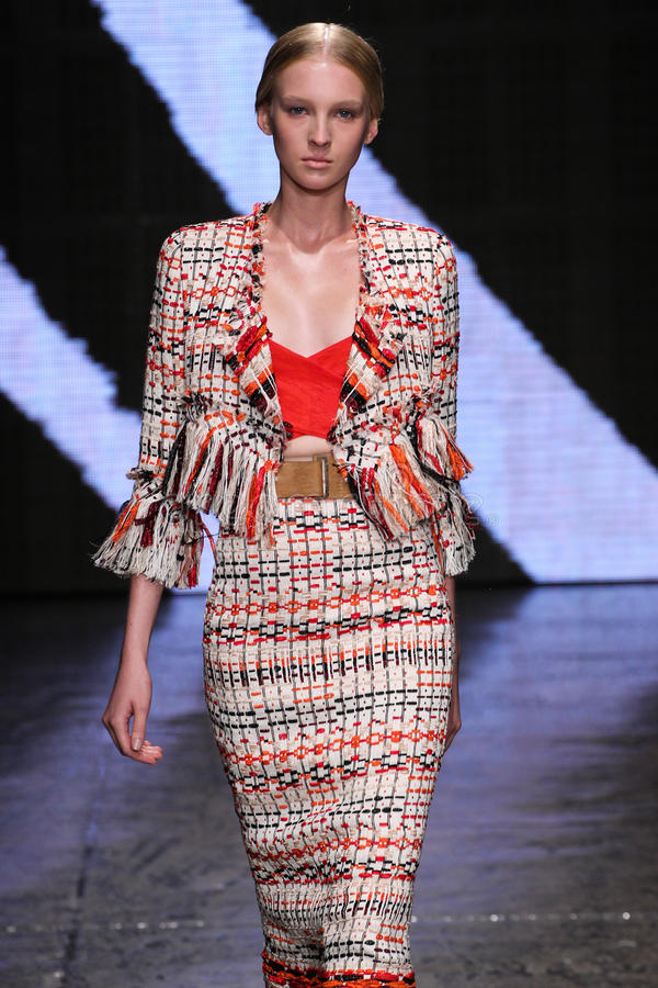 NEW YORK, NY - 8 DE SETEMBRO: Nastya Sten modelo anda a pista de decolagem no desfile de moda 2015 de Donna Karan Spring fotografia de stock royalty free