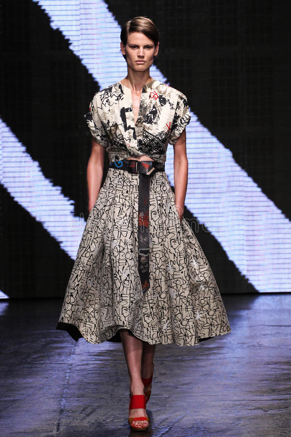 NEW YORK, NY - 8 DE SETEMBRO: O modelo anda a pista de decolagem no desfile de moda 2015 de Donna Karan Spring imagens de stock royalty free