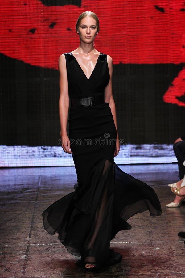 NEW YORK, NY - 8 DE SETEMBRO: Vanessa Axente modelo anda a pista de decolagem no desfile de moda 2015 de Donna Karan Spring imagens de stock royalty free