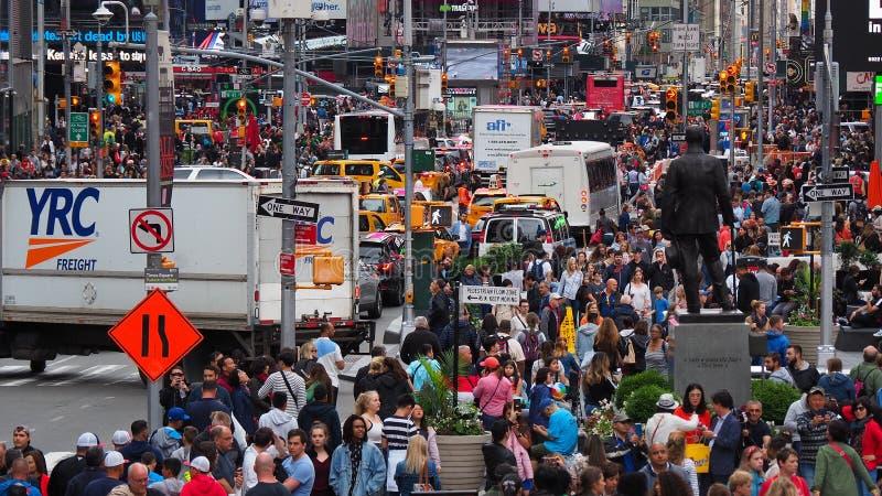 New York, NY, de V.S. Sluit omhoog van duizenden mensen die in Time Vierkant, Broadway lopen en op de zevende Weg stock afbeelding