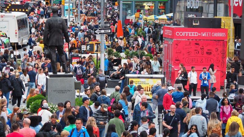 New York, NY, de V.S. Sluit omhoog van duizenden mensen die in Time Vierkant, Broadway lopen en op de zevende Weg stock foto