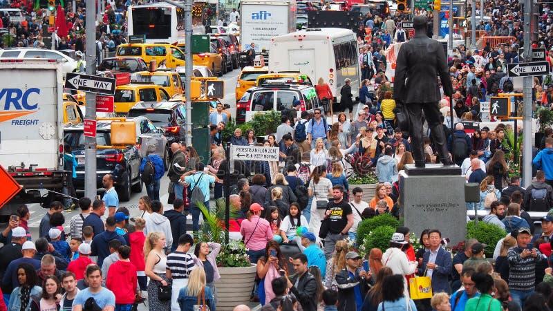 New York, NY, de V.S. Sluit omhoog van duizenden mensen die in Time Vierkant, Broadway lopen en op de zevende Weg royalty-vrije stock foto's