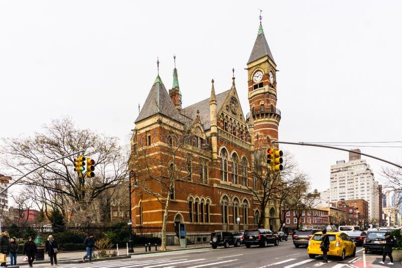 New York NY/eniga Tillstånd-December 9, 2018: Vintereftermiddag på Jefferson Market Branch, New York offentligt bibliotek royaltyfri fotografi