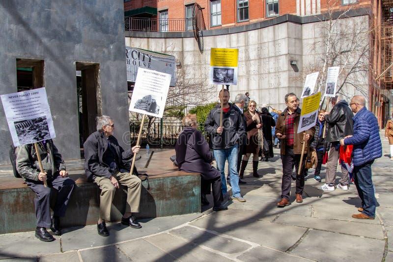 New York NY/eniga Tillstånd-Mars 24 2019: Demonstrationer för den 20th årsdagen av NATO-bombning av Serbien fotografering för bildbyråer