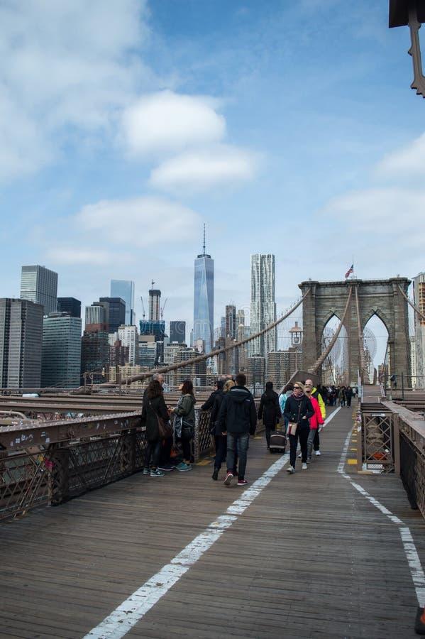 New York, NY Etats-Unis - avril 2016 : un groupe de personnes marchant du pont de Brooklyn, journée de printemps ensoleillée photos libres de droits