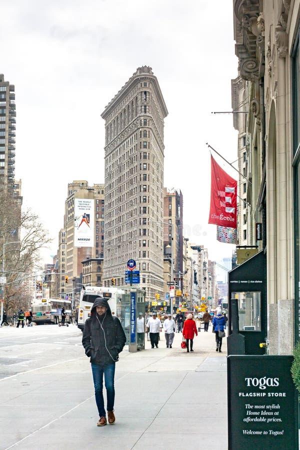 New York, NY/Etats-Unis - f?v. 27, 2019 : Vue verticale regardant en bas de Fifth Avenue le bâtiment de fer à repasser photo stock