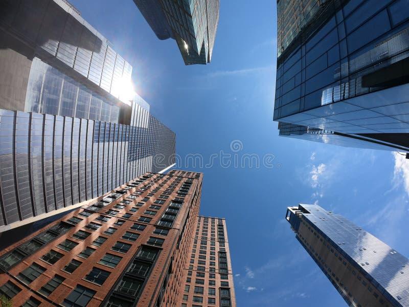 New York, NY, EUA Vista vertical dos arranha-céus na linha alta área Vista da parte inferior ? parte superior imagens de stock royalty free