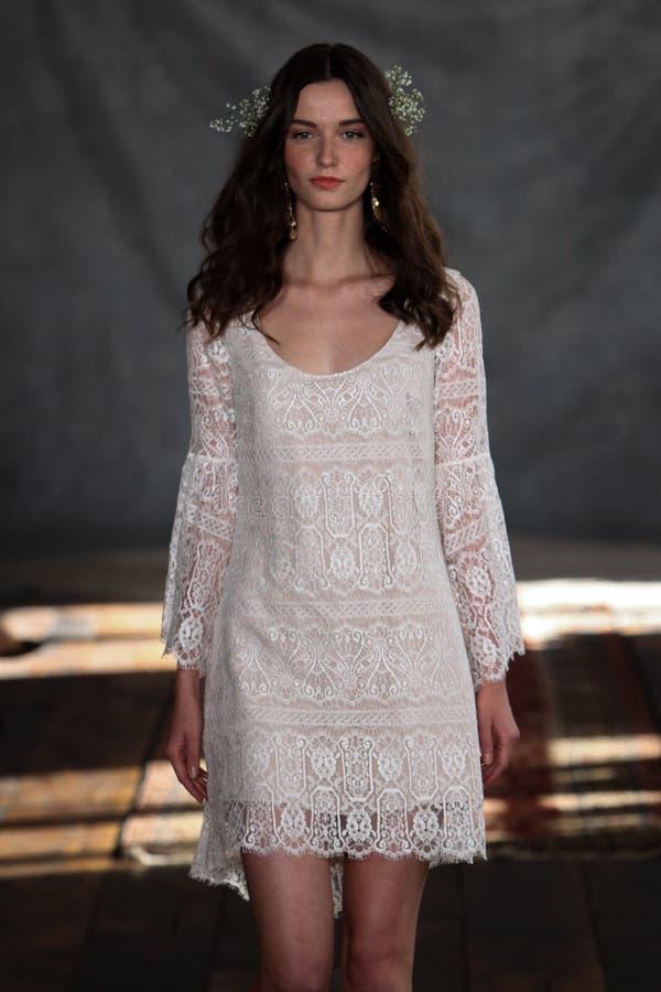 NEW YORK, NY - 16 Juni: Een model loopt de baan in Claire Pettibone Spring 2015 de Bruids inzameling toont stock afbeeldingen