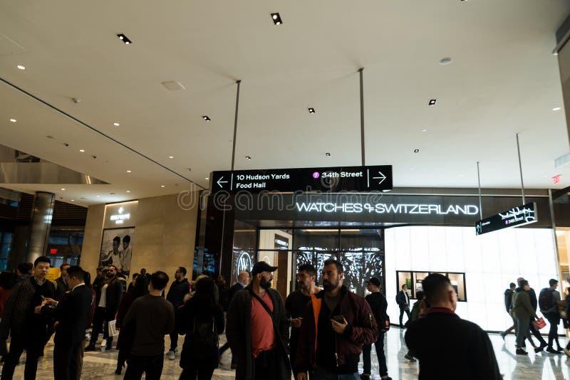 New York, NY - 15 marzo 2019: C'è inoltre un nuovo centro commerciale che ha molti negozi di lusso dentro Molti negozi dell'alta  fotografia stock libera da diritti