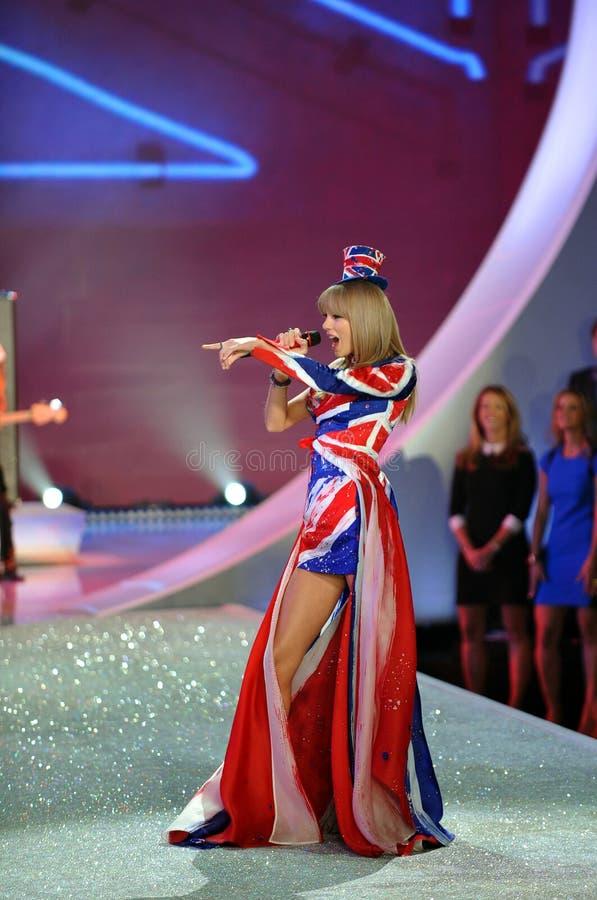 NEW YORK NY - NOVEMBER 13: Sångaren Taylor Swift utför på den Victoria's Secret modeshowen 2013 royaltyfri bild