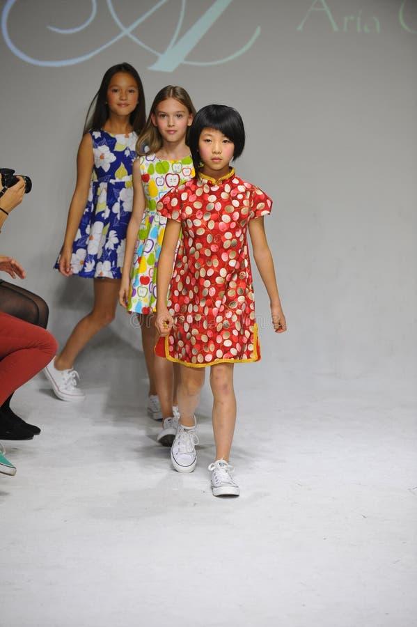 NEW YORK, NY - 19 OCTOBRE : La promenade de modèles la finale de piste pendant la prévision de l'habillement de l'Aria Children a image libre de droits