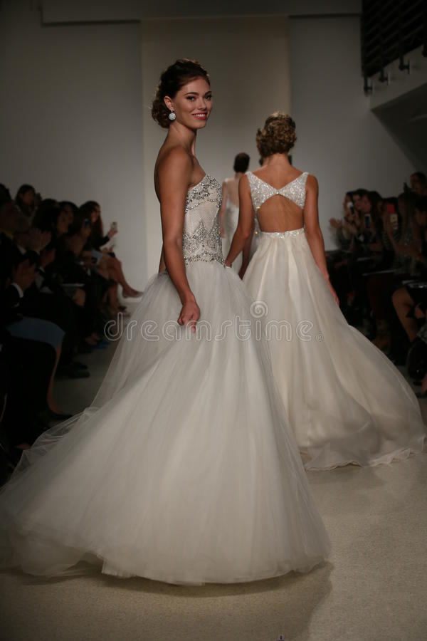 NEW YORK, NY - 10 OCTOBRE : Promenade de modèles la finale de piste pendant la collection nuptiale d'Anne Barge Fall 2015 photographie stock libre de droits