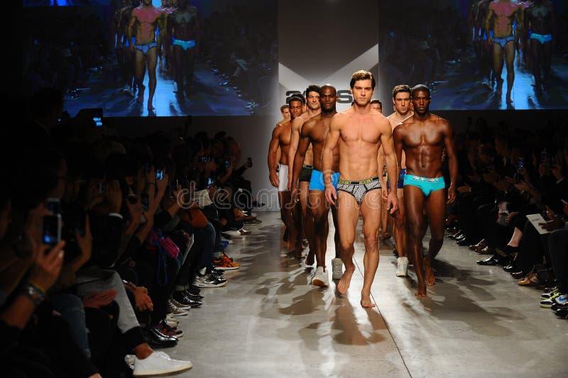 NEW YORK, NY - 21 OCTOBRE : Promenade de modèles la finale de piste pendant le défilé de mode de 2 (X) hommes d'IST photo libre de droits
