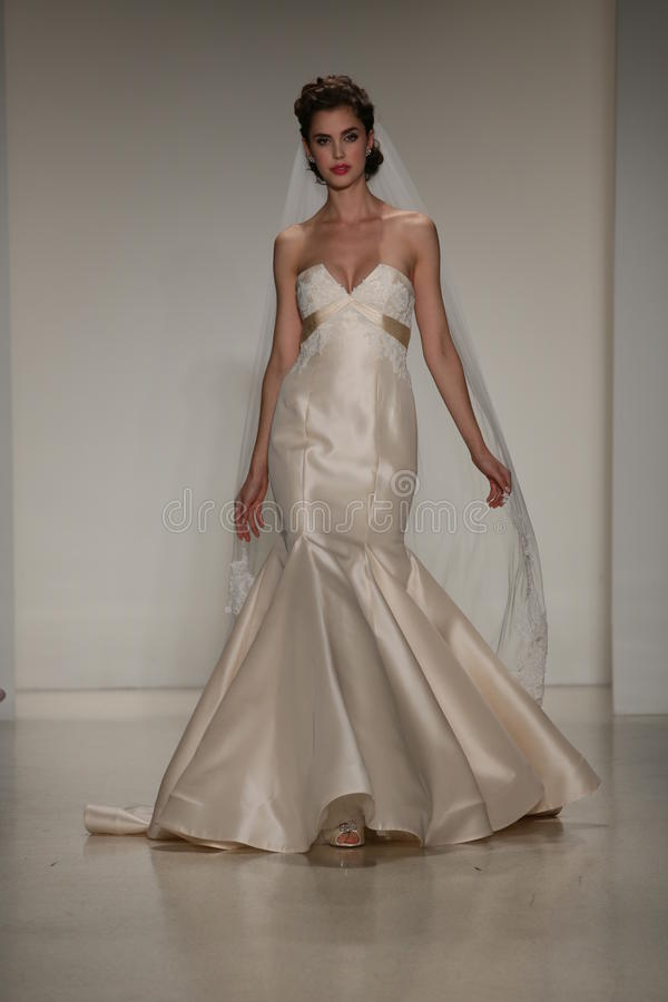 NEW YORK, NY - 10 OCTOBRE : Un modèle marche la piste pendant l'exposition nuptiale de collection d'Anne Barge Fall 2015 photographie stock libre de droits