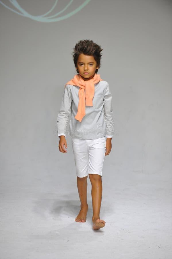 NEW YORK, NY - 19 OCTOBRE : Un modèle marche la piste pendant la prévision de charme à la semaine de mode d'enfants de petitePARA images stock
