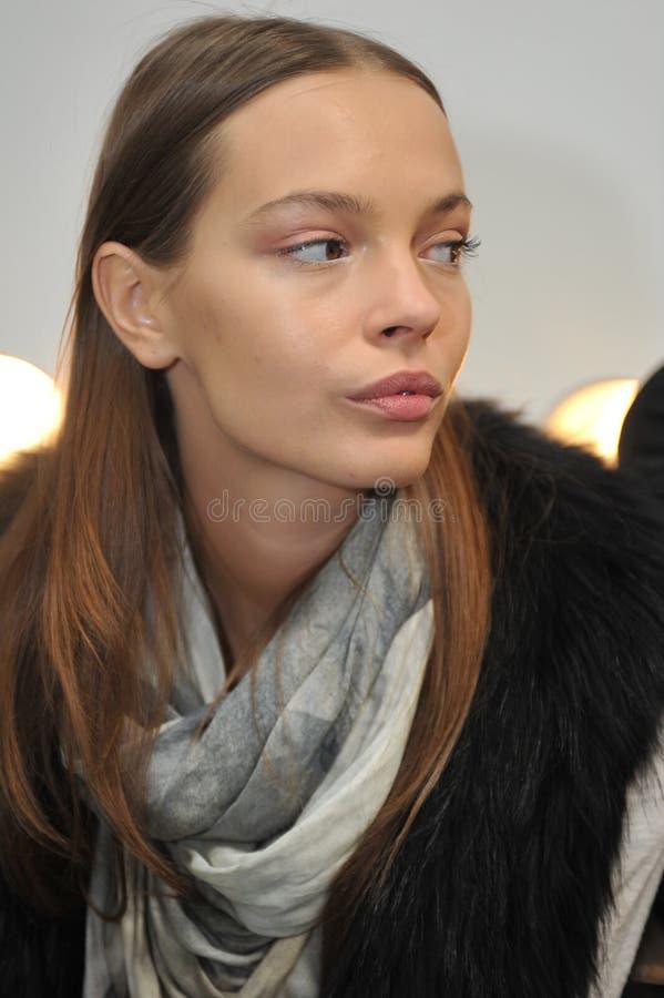 NEW YORK NY - OKTOBER 13: Model få ordnar till i kulisserna under Monique Lhuillier 2013 brud- samlingsshow royaltyfria foton