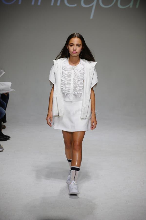 NEW YORK, NY - 19. OKTOBER: Cocos Rohatyn-Wege die Rollbahn während der Bonnie Youngs-Vorschau am petitePARADE scherzt Mode-Woche stockbilder