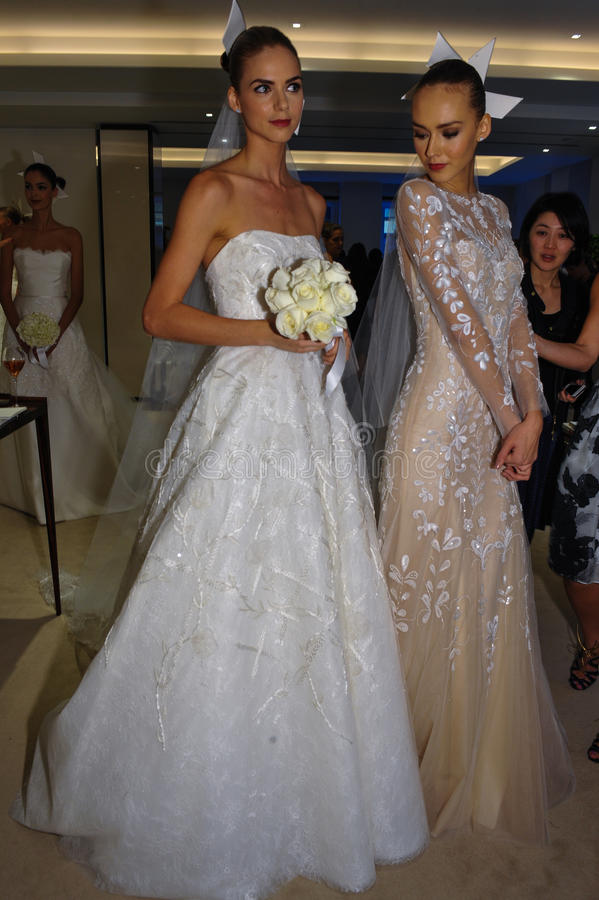 NEW YORK, NY - 13 OKTOBER: De modellen maken informele modellering in Carolina Herrera Bridal Presentation royalty-vrije stock afbeelding