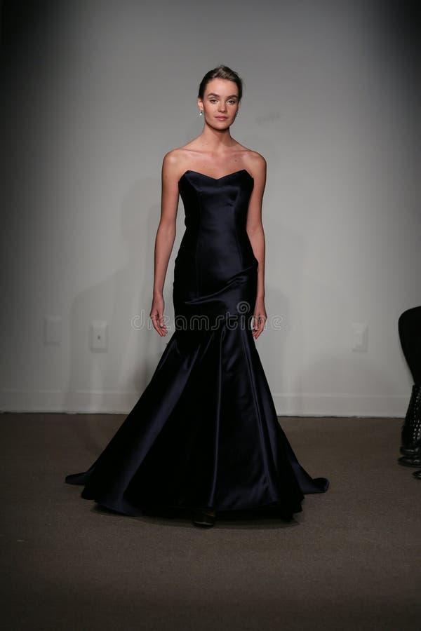 NEW YORK, NY - 12. OKTOBER: Ein Modell geht die Rollbahn an der Brautsammlungsshow Anna Maier Ulla-Maija Couture Falls 2014 stockbilder