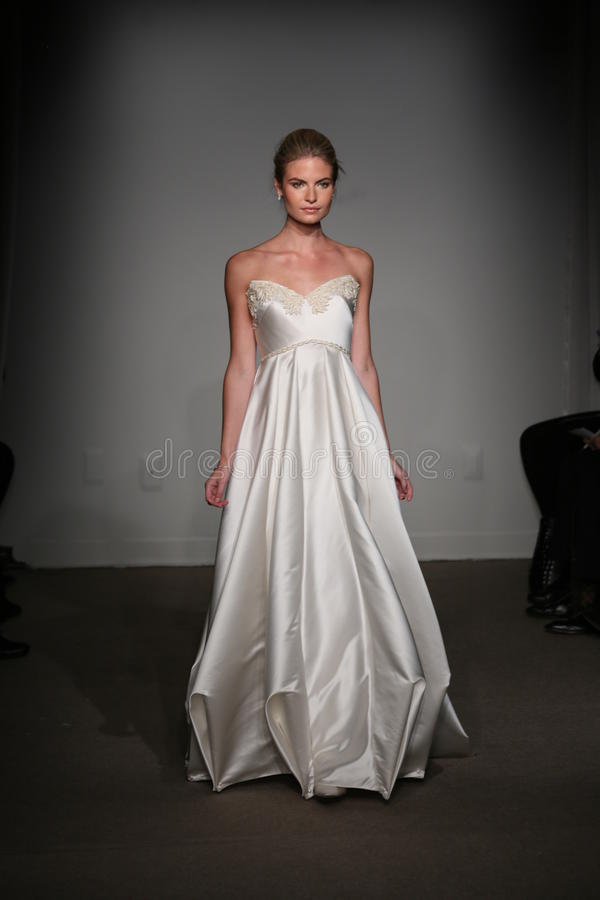 NEW YORK, NY - 12. OKTOBER: Ein Modell geht die Rollbahn an der Brautsammlungsshow Anna Maier Ulla-Maija Couture Falls 2014 lizenzfreies stockbild