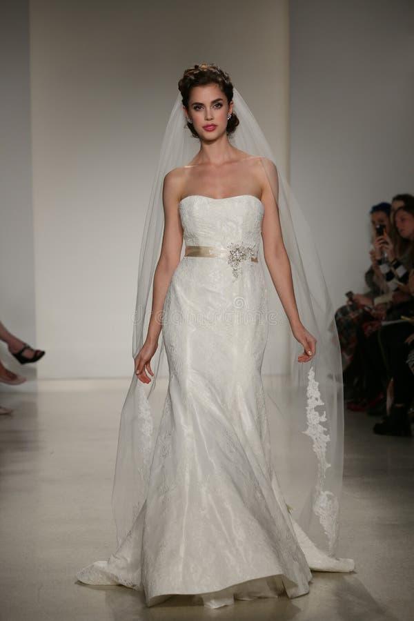 NEW YORK, NY - 10. OKTOBER: Ein Modell geht die Rollbahn während der Brautsammlungs-Show Anne Barge Falls 2015 lizenzfreie stockbilder