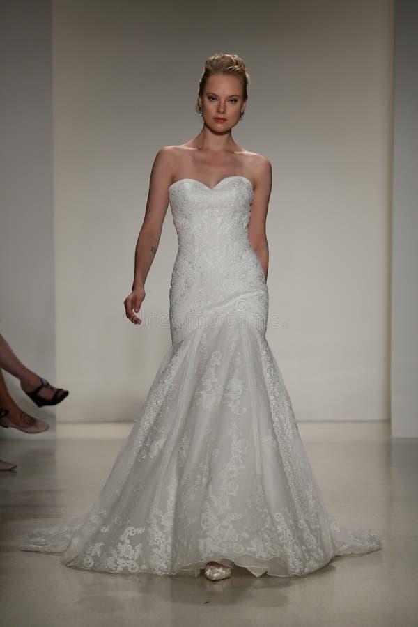 NEW YORK, NY - 10. OKTOBER: Ein Modell geht die Rollbahn während der Brautsammlungs-Show Anne Barge Falls 2015 lizenzfreies stockbild