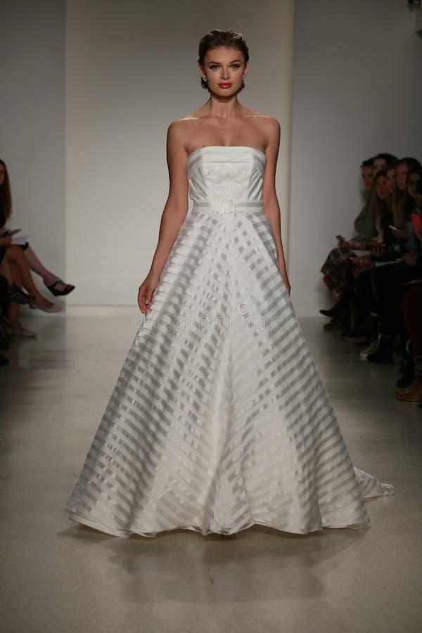 NEW YORK, NY - 10. OKTOBER: Ein Modell geht die Rollbahn während der Brautsammlungs-Show Anne Barge Falls 2015 lizenzfreies stockfoto