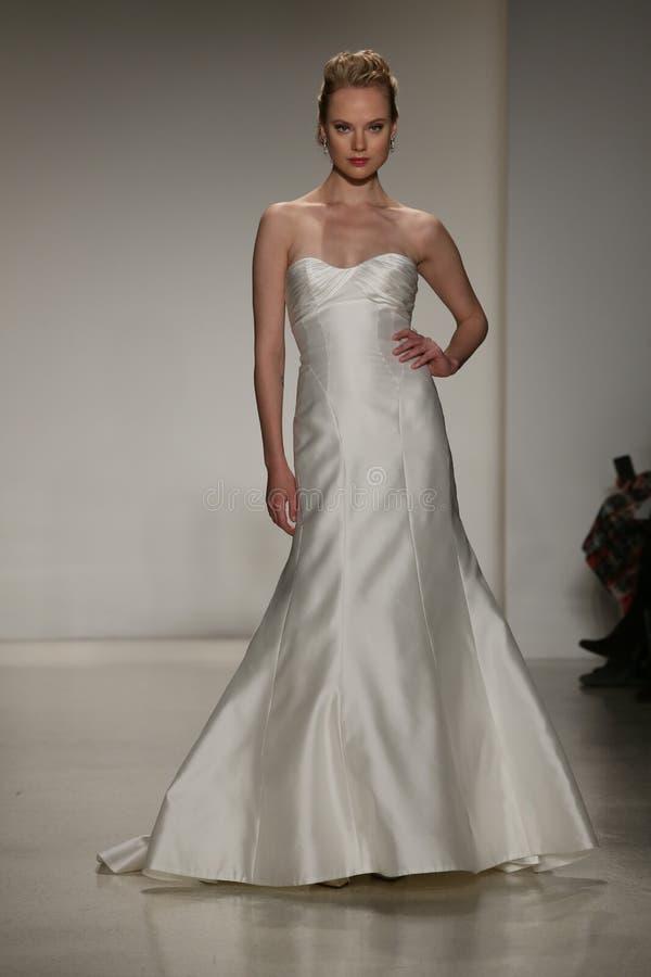 NEW YORK, NY - 10. OKTOBER: Ein Modell geht die Rollbahn während der Brautsammlungs-Show Anne Barge Falls 2015 stockfotografie