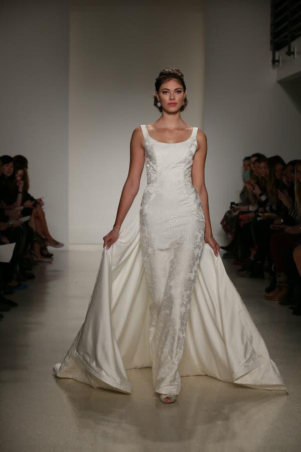 NEW YORK, NY - 10. OKTOBER: Ein Modell geht die Rollbahn während der Brautsammlungs-Show Anne Barge Falls 2015 stockfotos