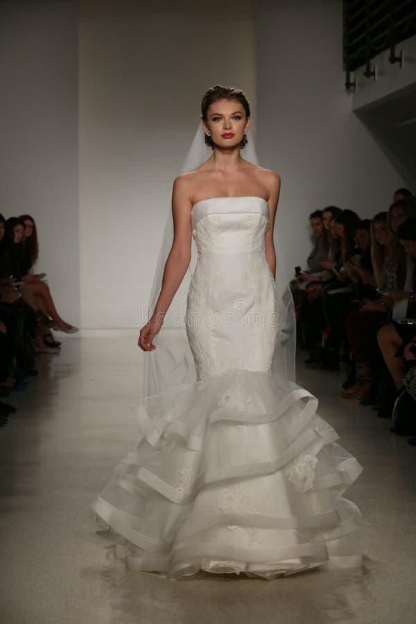 NEW YORK, NY - 10. OKTOBER: Ein Modell geht die Rollbahn während der Brautsammlungs-Show Anne Barge Falls 2015 stockbild