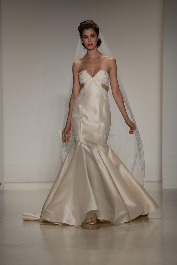 NEW YORK, NY - 10. OKTOBER: Ein Modell geht die Rollbahn während der Brautsammlungs-Show Anne Barge Falls 2015 lizenzfreie stockfotografie