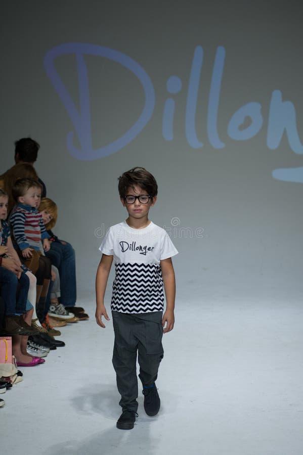 NEW YORK, NY - 19. OKTOBER: Ein Modell geht die Rollbahn während der Dillonger-Kleidungsvorschau stockbild