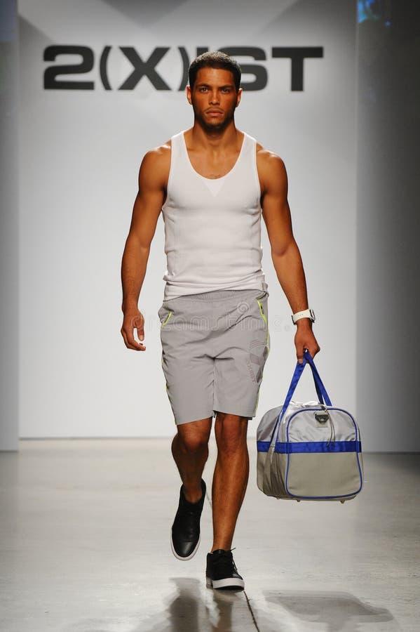 NEW YORK, NY - 21. OKTOBER: Ein Modell geht die Rollbahn während der Modeschau 2 (X) IST-Männer lizenzfreie stockfotografie