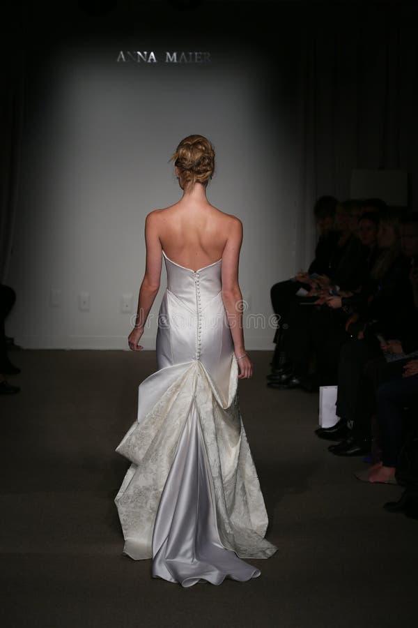 NEW YORK NY - OKTOBER 12: En modell går landningsbanan på Anna Maier Ulla-Maija Couture Fall 2014 brud- samlingsshow arkivbilder