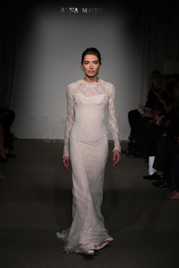 NEW YORK NY - OKTOBER 12: En modell går landningsbanan på Anna Maier Ulla-Maija Couture Fall 2014 brud- samlingsshow royaltyfria foton