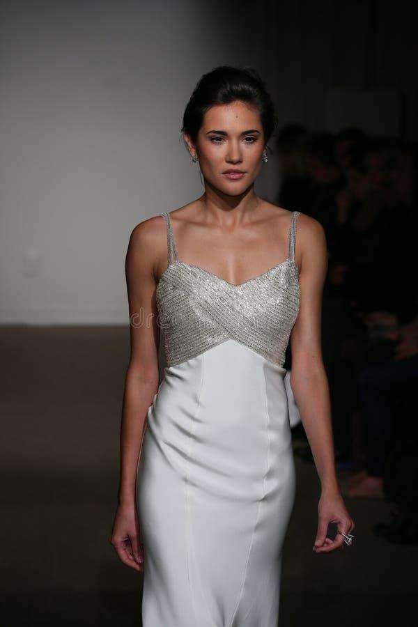 NEW YORK NY - OKTOBER 12: En modell går landningsbanan på Anna Maier Ulla-Maija Couture Fall 2014 brud- samlingsshow arkivbild