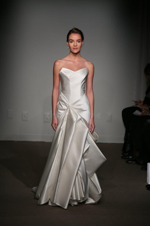 NEW YORK NY - OKTOBER 12: En modell går landningsbanan på Anna Maier Ulla-Maija Couture Fall 2014 brud- samlingsshow royaltyfri foto