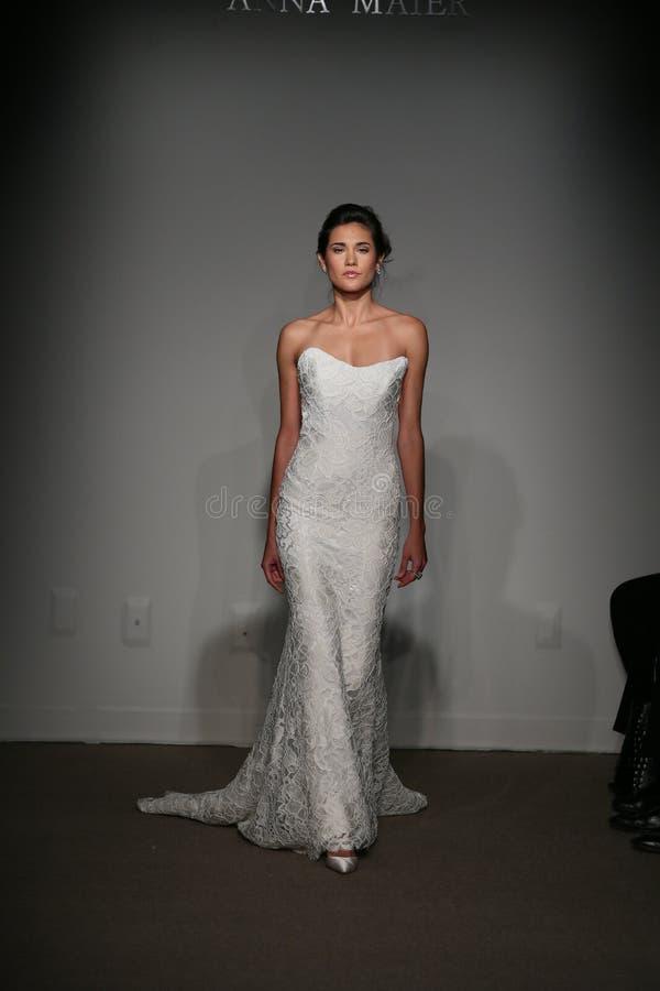 NEW YORK NY - OKTOBER 12: En modell går landningsbanan på Anna Maier Ulla-Maija Couture Fall 2014 brud- samlingsshow royaltyfri bild