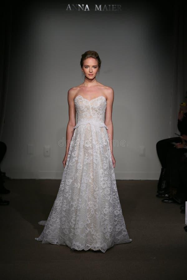 NEW YORK NY - OKTOBER 12: En modell går landningsbanan på Anna Maier Ulla-Maija Couture Fall 2014 brud- samlingsshow arkivfoto