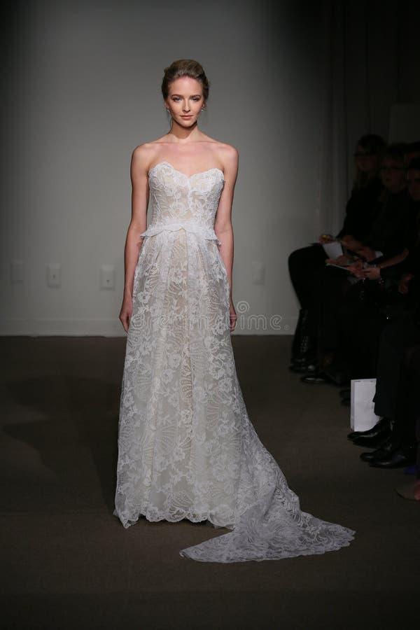 NEW YORK NY - OKTOBER 12: En modell går landningsbanan på Anna Maier Ulla-Maija Couture Fall 2014 brud- samlingsshow arkivfoton