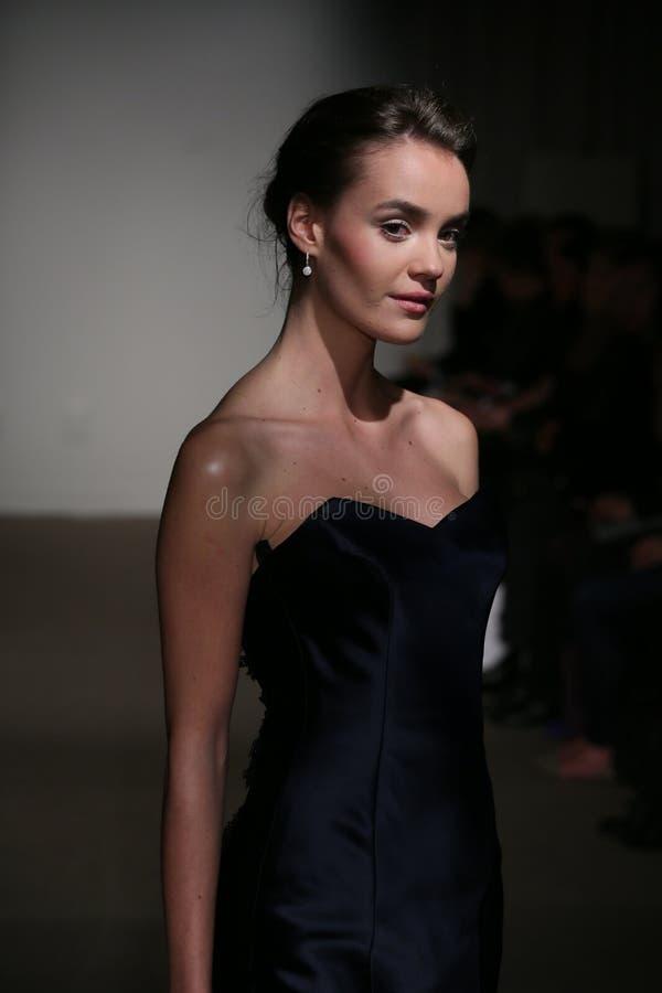 NEW YORK NY - OKTOBER 12: En modell går landningsbanan på Anna Maier Ulla-Maija Couture Fall 2014 brud- samlingsshow royaltyfria bilder