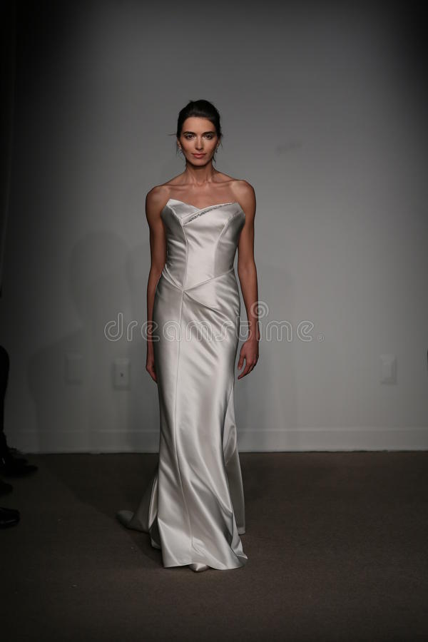 NEW YORK NY - OKTOBER 12: En modell går landningsbanan på Anna Maier Ulla-Maija Couture Fall 2014 brud- samlingsshow royaltyfri fotografi