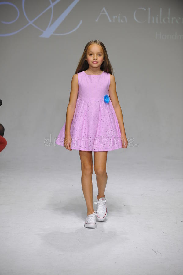 NEW YORK NY - OKTOBER 19: En modell går landningsbanan under Ariaens Childrens klädförtitten på veckan för petitePARADEungemode royaltyfri fotografi