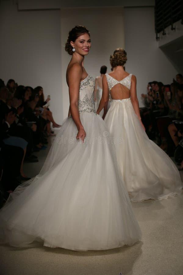 NEW YORK, NY - 10. OKTOBER: Modellweg das Rollbahnfinale während der Brautsammlung Anne Barge Falls 2015 lizenzfreie stockfotografie