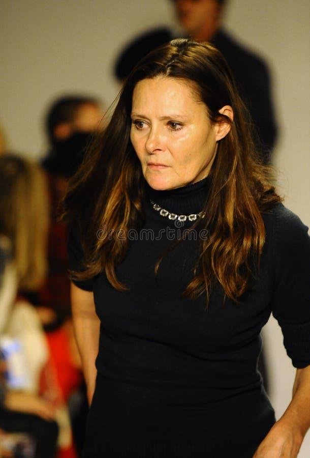 NEW YORK, NY - 19 OTTOBRE: Gli ospiti della disposizione dei posti a sedere di Deborah Huges durante la previsione di Bonnie Youn immagini stock