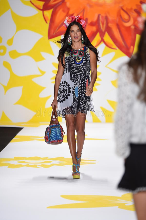 NEW YORK, NY - 04 SEPTEMBER: Adriana Lima loopt de baan in Desigual stock foto