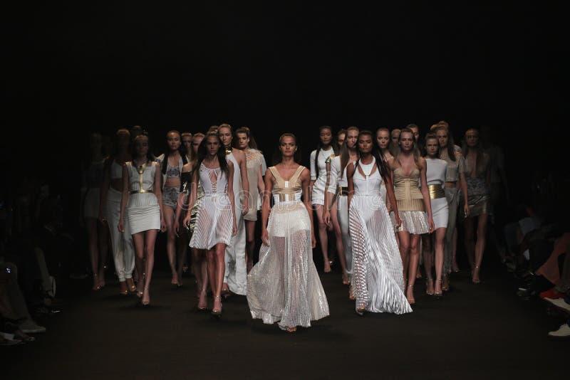 NEW YORK, NY - 04 SEPTEMBER: De modellen lopen het baanfinale bij de Meskita-modeshow stock afbeeldingen