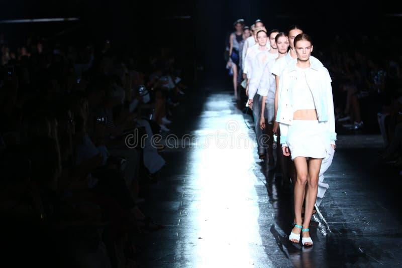NEW YORK, NY - 06 SEPTEMBER: De modellen lopen het baanfinale bij de modeshow van Prabal Gurung stock afbeeldingen